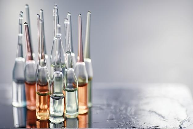 Reageerbuisjes met medicijnen en tests om de slachtoffers te testen en de geïnfecteerden te behandelen. ampullen met medicijnen. set reageerbuizen met medicijnen.