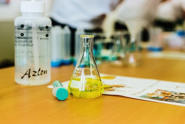 Reageerbuizen en glazen houders voor het uitvoeren van experimenten en tests in een medisch laboratorium.