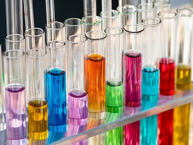 Reageerbuizen met gekleurde reagentia in een rek.