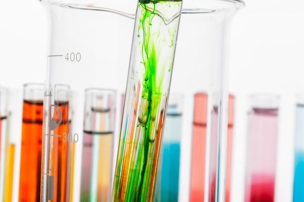 Reageerbuizen met kleurrijke chemicaliën