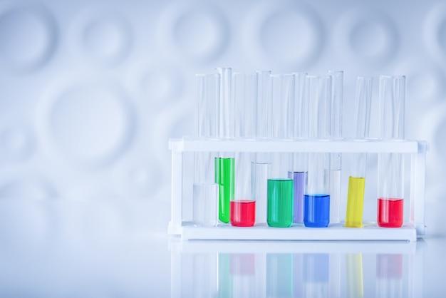 Reageerbuizen met kleurrijke chemische stof op tafel. science chemie concept.