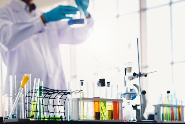 Reageerbuizen met kleurrijke vloeistof in laboratorium