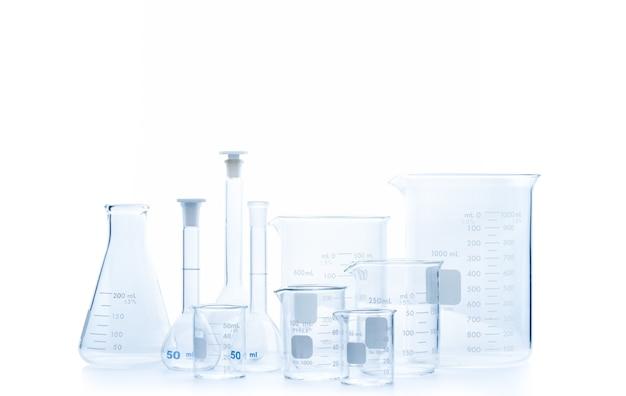 Realistische glazen laboratoriumapparatuurset. kolven en maatbeker voor wetenschappelijk experiment in laboratorium geïsoleerd en uitknippad, wetenschappelijke apparatuur