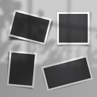 Realistische vectorset vintage fotosjablonen met schaduwoverlay van het raam en planten buiten het raam. zacht realistisch omgevingslicht. vintage, retro-design. retro fotolijst sjabloon.