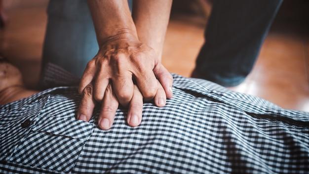 Reanimatie eerste hulp doen aan de mens met een hartaanval, onderdeel van het reanimatieproces, close-up shot met vintage beeldstijl.