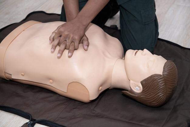 Reanimatie eerste hulp training met de hand op de volledige body cpr mannequin
