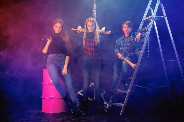 Rebellen jeugd. volledig lengteportret van eigenwijs kinderen in modieuze jeans en leerkleren. concept van tienerrellen, kindermode, non-conformisme en jonge energie. moderne levensstijl.
