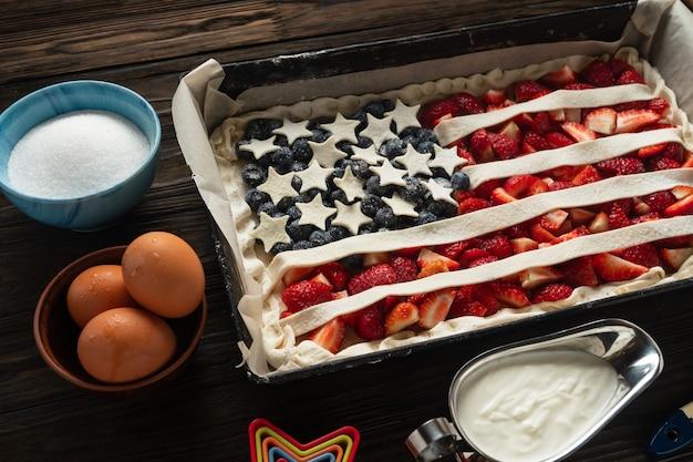 Recept en het maken van amerikaanse taart met aardbeien en bosbessen.