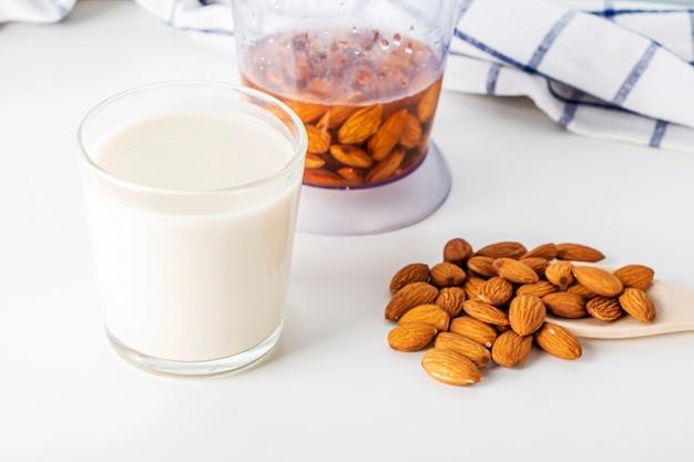 Recept. koken noten plantaardige melk. stap 3 gekookte amandelmelk in glas
