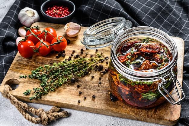 Recept voor het koken van gedroogde tomaten in olijfolie met specerijen en kruiden