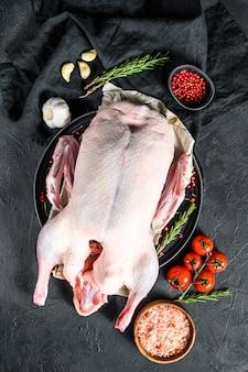 Recept voor het koken van hele eend met roze peper en rozemarijn