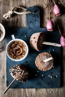 Recept voor zelfgemaakte chocolade-pindakaas-ijsbekers