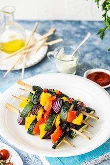 Receptidee voor veganistisch gegrilde groentespiesjes