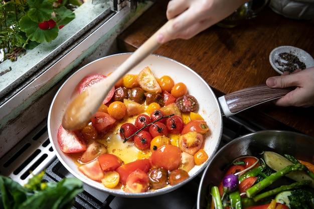 Receptidee voor verse tomatensaus voor voedselfotografie