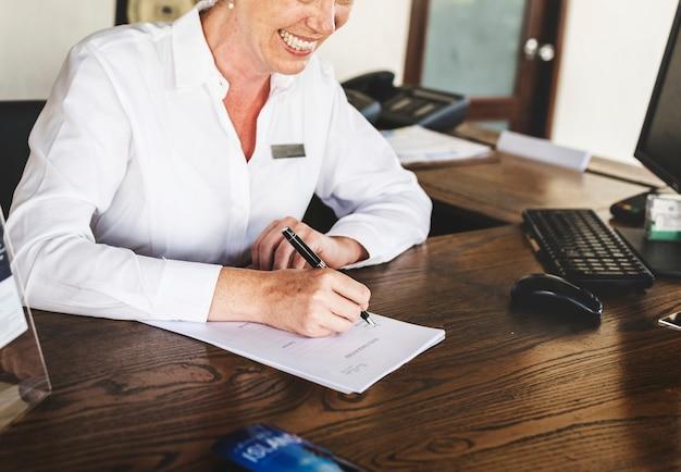 Receptionist die bij de receptie werkt