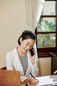 Receptioniste bellen op telefoon