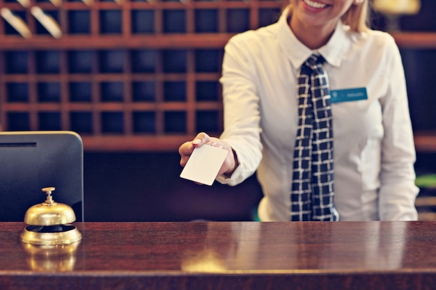 Receptioniste geeft sleutelkaart