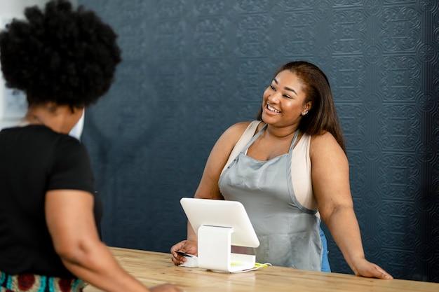 Receptioniste verwelkomt de klanten