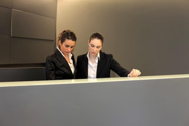 Receptionisten werken aan hun bureau