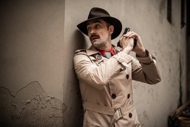 Rechercheur met zijn pistool