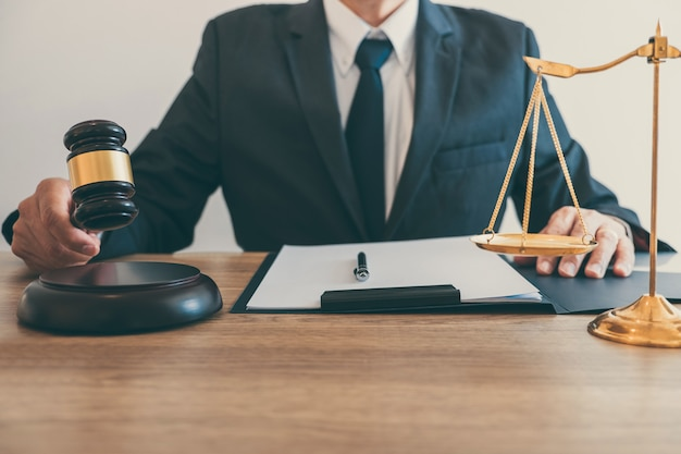 Recht, advocaat advocaat en justitie concept, mannelijke advocaat of notaris die werkt aan een document en verslag van de belangrijke zaak in het advocatenkantoor