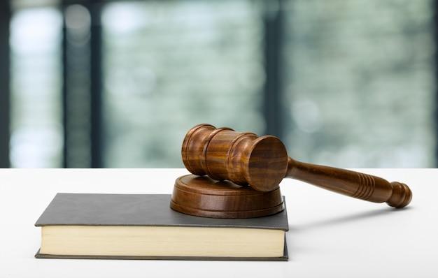 Recht en rechtvaardigheid concept afbeelding. bruin houten