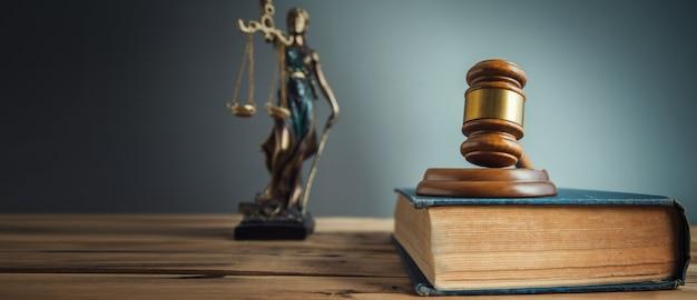 Recht en rechtvaardigheid concept op het bureau