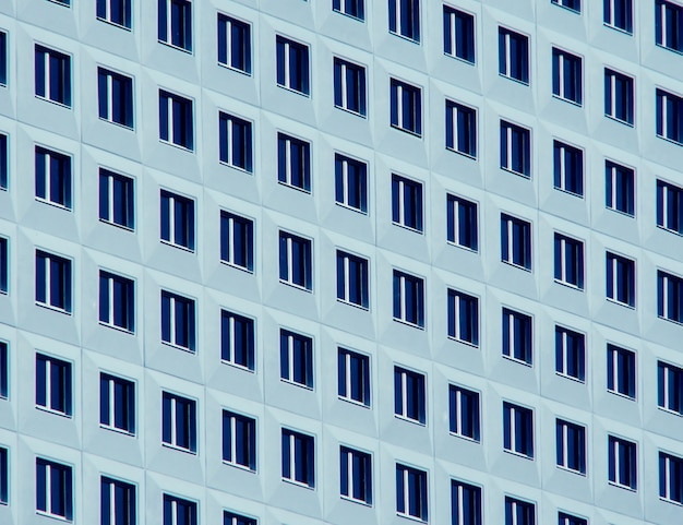 Rechte rijen ramen op blauw-wit gebouw
