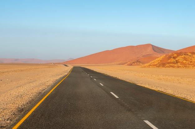 Rechte snelweg in de beroemde sossusvlei-vallei in namibië