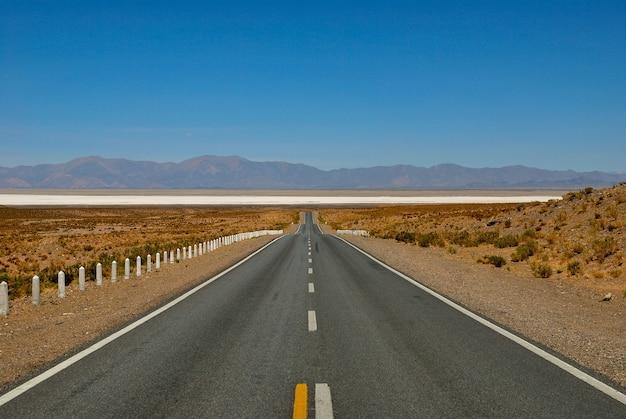 Rechte weg richting salinas grandes, jujuy, argentinië