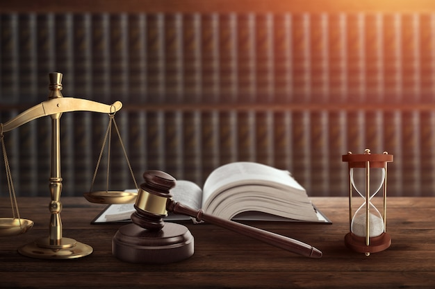 Rechter de hamer en een boek op een houten tafel