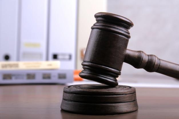 Rechter hamer als een gerechtigheid.