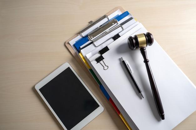 Rechter hamer en bedrijfsrapportpapieren, belangrijke documenten
