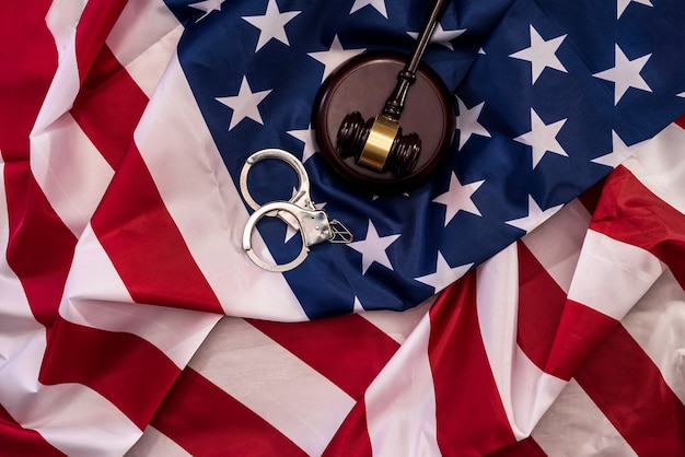 Rechter hamer en handboeien op amerikaanse vlag close-up