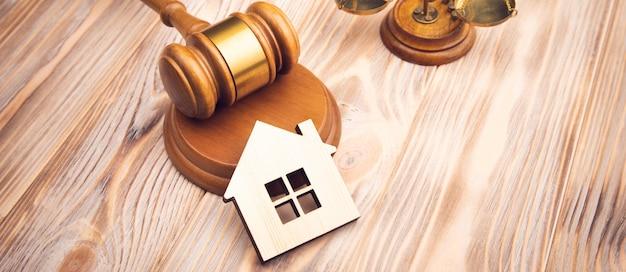 Rechter hamer en huissleutel op houten