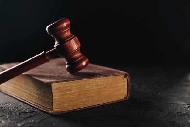 Rechter hamer en juridisch boek over houten tafel, justitie en recht concept