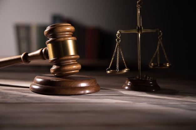 Rechter hamer en schalen van justitie en boek achtergrond