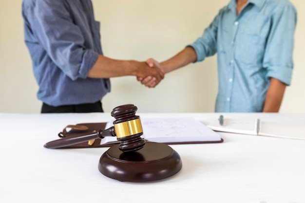 Rechter hamer met advocaat bakground. concepten van woning- en vastgoedrecht.