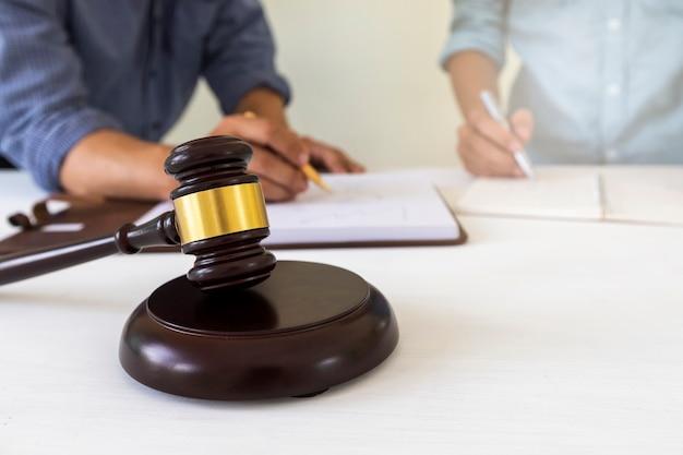 Rechter hamer met advocaat bakground