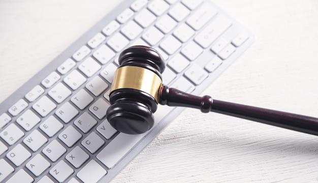 Rechter hamer met computertoetsenbord. concept van internetcriminaliteit