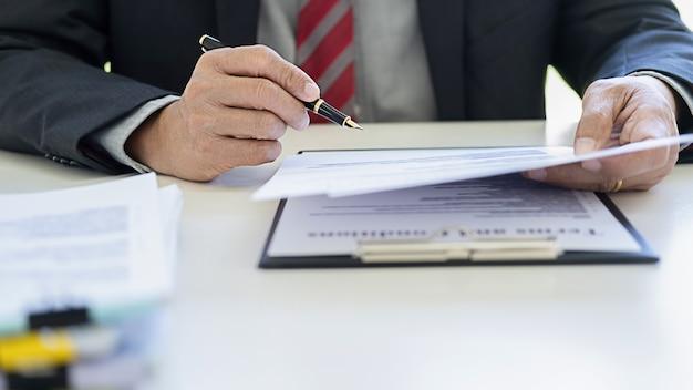 Rechter hamer met justitie advocaten hebben teamvergadering op advocatenkantoor.