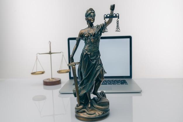 Rechter hamer met justitie advocaten met teamvergadering bij advocatenkantoor