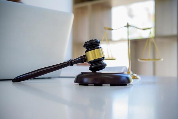 Rechter hamer met justitie advocaten vergadering bij advocatenkantoor
