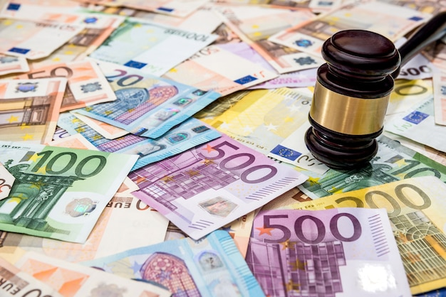 Rechter hamer op eurorekeningen