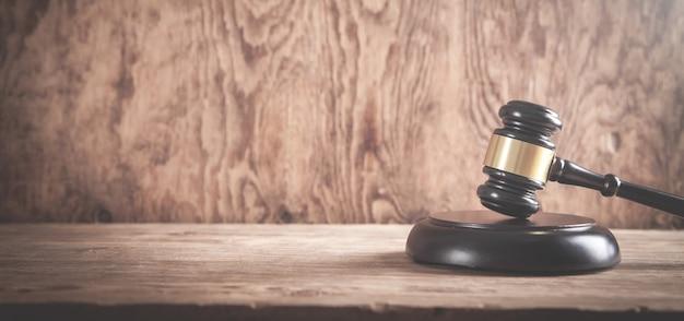 Rechter hamer op het houten bureau. wet concept