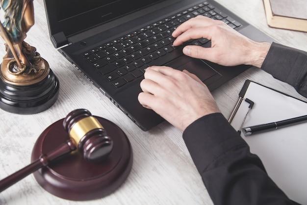 Rechter met behulp van laptop. wet en gerechtigheid