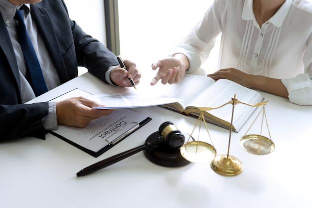 Rechter of advocaat die met team of cliënt spreekt