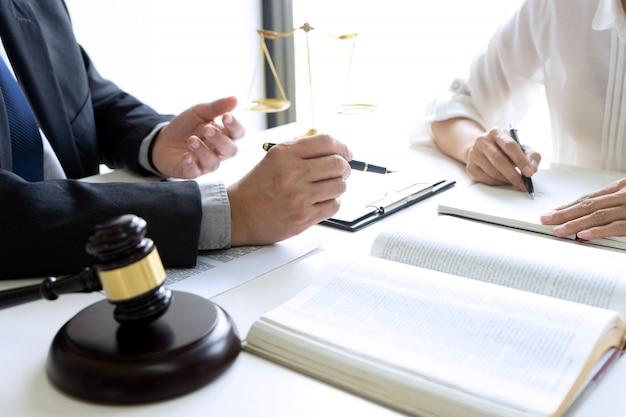 Rechter of advocaat die met team spreekt