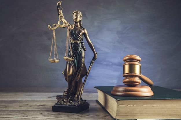Rechter op boek en gerechtigheid dame op tafel