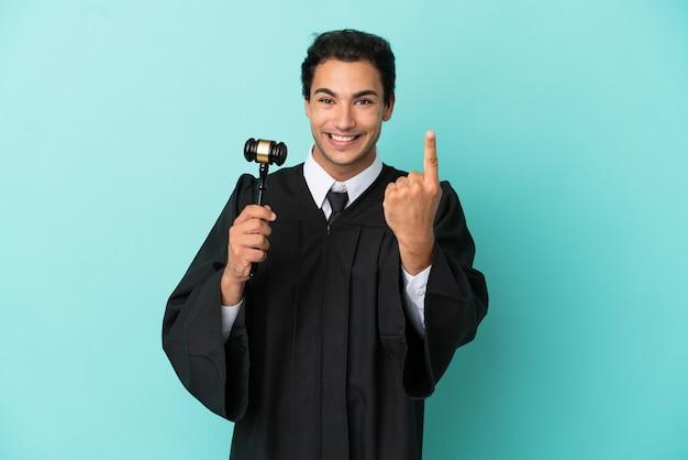 Rechter over geïsoleerde blauwe achtergrond die komend gebaar doet